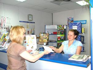 Надежда Бокова (справа) всегда доброжелательно, с улыбкой обслуживает посетителей