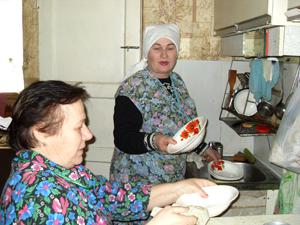 Воронцова А.Н. помогает своей подопечной Шилиной Н.К. по хозяйству